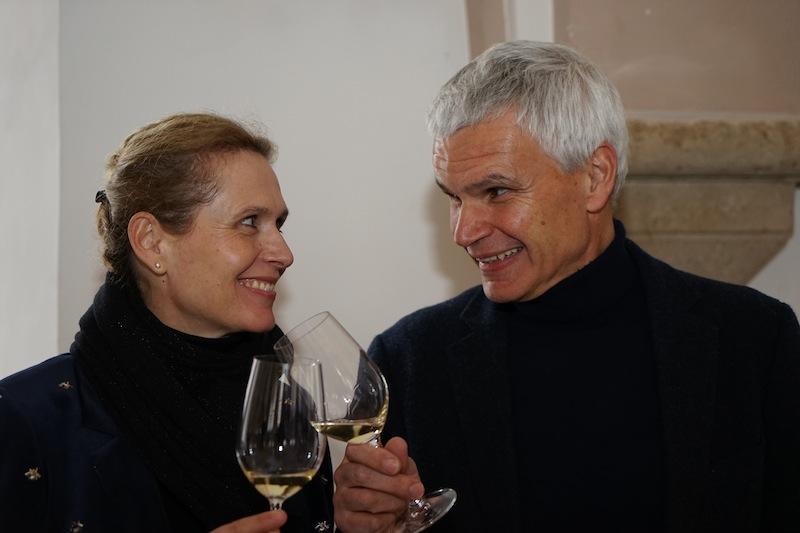 Friedrich Hebbel: Wein ist die edelste Verkörperung des Naturgeistes. Dann Zum Wohl! Hier im Bild Verwalter der Stiftskellerei Dr. Urban von Klebelsberg (re.) mit Susanne Barta (li.)
