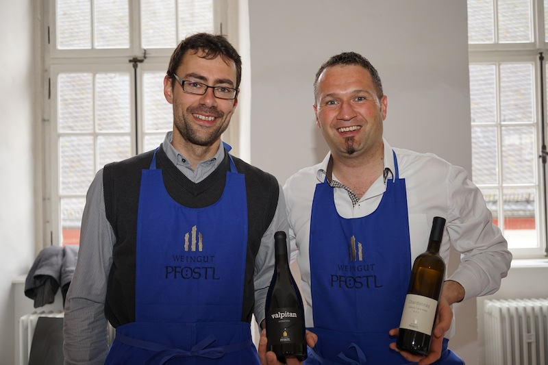 Stefan Pföstel (re.) und Georg Weger vom Weingut Pföstel hatten sichtlich Freude auf der heutigen VDP-Veranstaltung im Kloster Eberbach