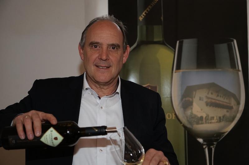 Geschäftsführer Ludwig Kaneppele bereitet seinen Wein vom Weingut Ritterhof zur Verkostung vor