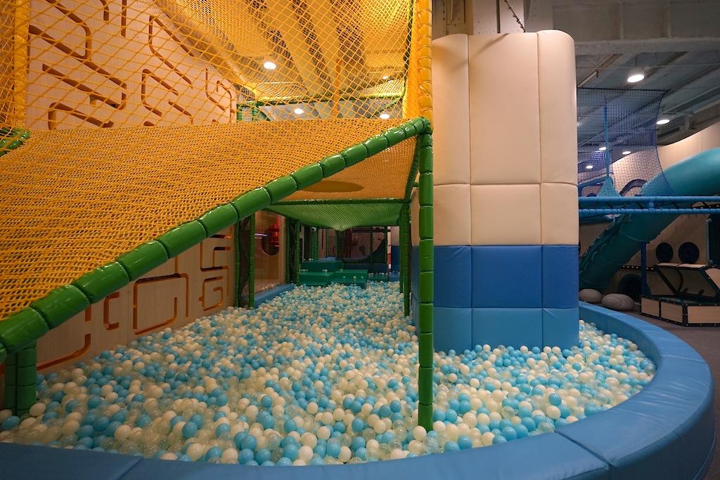 Ein riesiges Bällebad, welches sich durch die gesamte Kidsarea zieht