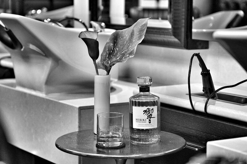 Nach der Rasur gibt es einen Hibiki-Whisky: Hibiki bedeutet im Deutschen Harmonie, nicht treffender hätte dieser Whisky gewählt werden können