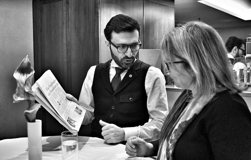 Redakteurin Annet Conrad im Gespräch mit Meisterbarbier Mounir Damlkhi. Er stammt aus Damaskus, wo sein Großvater sowie sein sein Vater bereits Barbiere in dieser so geschichtsträchtigen Stadt waren