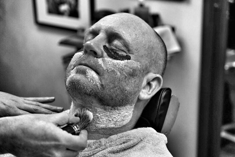Nach dem Auftragen einer Augenmaske wird der Bart mit einem Dachshaarpinsel eingeschäumt