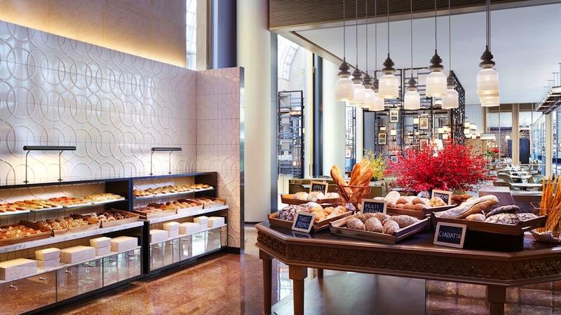 In der Colony Bäckerei werden eine Auswahl an frisch gebackenem Brot sowie eine köstliche Auswahl an Gebäck und Pralinen angeboten