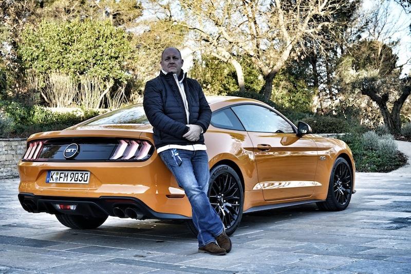 Der Herausgeber von FrontRowSociety - The Magazine, Andreas Conrad, war der erste - vor seinen Kollegen der Motorpresse - der den neuen Mustang fahren durfte. Andreas Conrad: Ein wirklich gelungenes und ausgewogenes Muscle-Car; der Preis ist nahezu unschlagbar