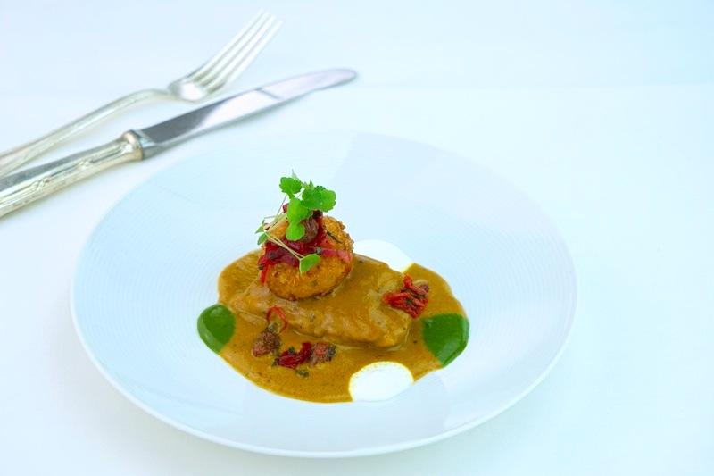 Reuben Riffel zauberte Hähnchenschenkel mit Currysoße und geräucherte Cheddar-Kroketten mit Tomaten-Tamarind-Salsa auf die Teller
