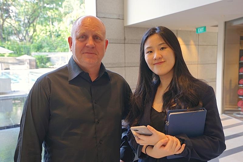 Herausgeber von FrontRowSociety - The Magazine Andreas Conrad sagt danke, das sich Dawn Tan (re.) Public Relations and Marketing Communications Executive at The Ritz-Carlton Millenia, für ihn so viel Zeit genommen hat