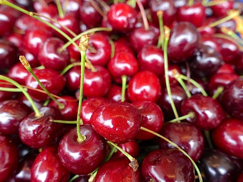 Diesen saftig roten Kirschen fehlt das fast schwarze Aussehen der Stevnsbær-Kirsche, doch aus einem ähnlich üppigen Vorrat wird der einzigartige Sur lie gekeltert