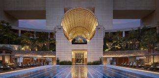 Der Pool befindet sich quasi vor dem Luxushotel The Ritz-Carlton, Singapore
