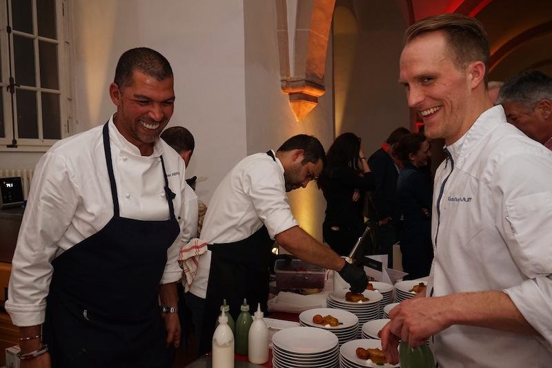 Jeder Handgriff sitzt bei Reuben Riffel (li.), nicht nur in den eigenen Restaurants in Südafrika