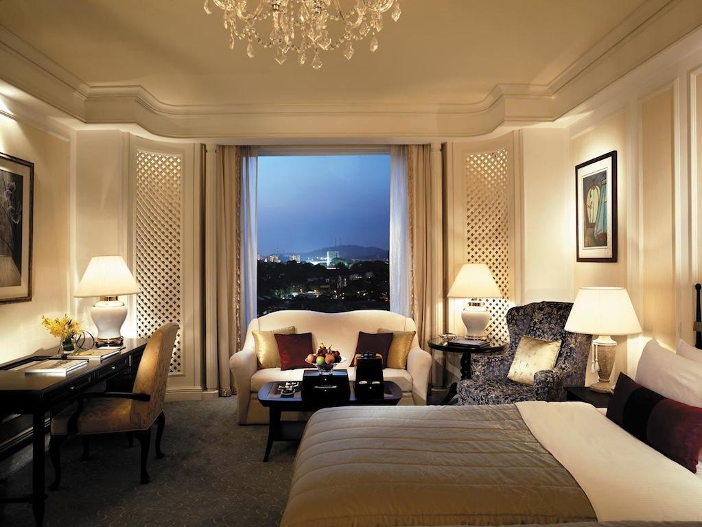 Der Schlafbereich in einer luxuriösen Gästezimmer Valley Wing im Shangri-La Singapur
