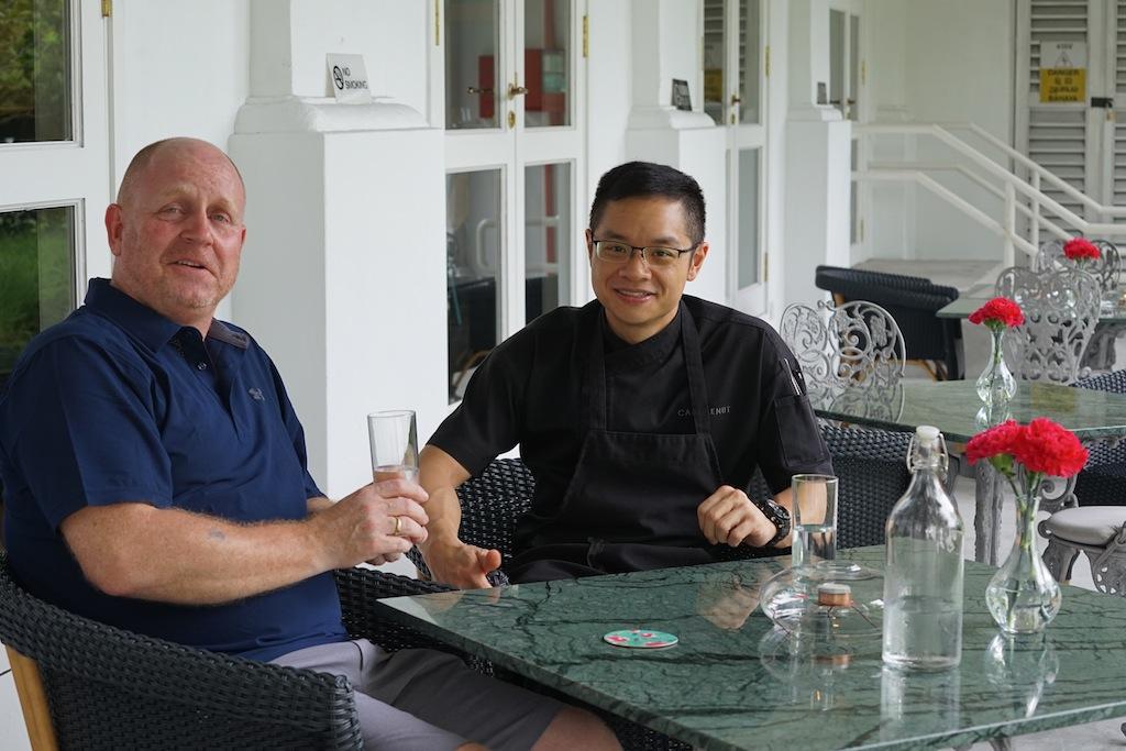 Sternekoch Malcolm Lee (re.) im Gespräch mit FrontRowSociety - The Magazine Herausgeber Andreas Conrad