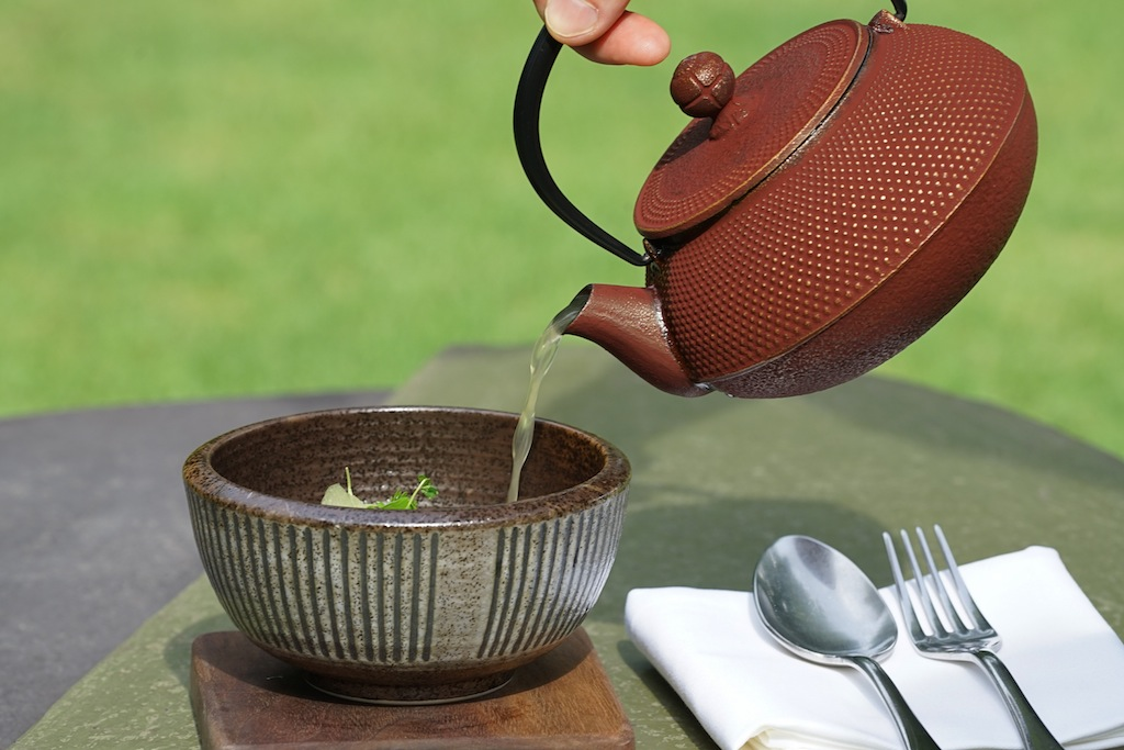 Der Wurzelgemüsefond von Saucengott Jens Rittmeyer kann vielfältig zum Einsatz kommen. Bei klassischen Gerichten, aber auch bei asiatischen Suppen ist er die beste Wahl / © Redaktion FrontRowSociety.net