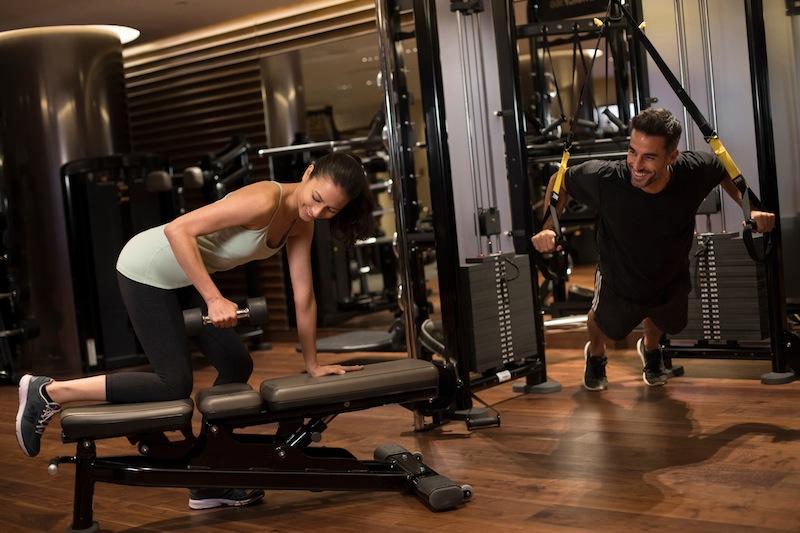 Im Ritz-Carlton Gym finden Gäste einen multifunktionalen Raum mit hochmodernen Geräten vor