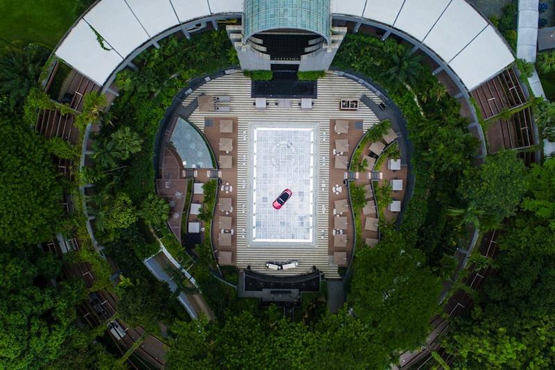 Der Blick von oben auf das Luxushotel in Singapur