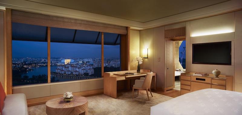 Wer weit oben nächtigen, jedoch nicht in der Suite einbuchen möchte, sollte sich nach den sogenannten Elevated Kallang Rooms informieren; diese liegen ab dem 18 Stock im Luxushotels verteilt und sichern eine unübertreffliche Sicht auf Singapur