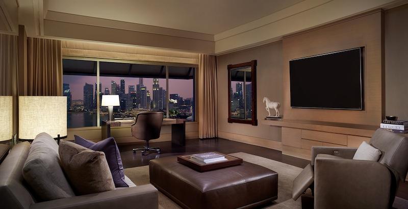 Extravagant ist das sehr geräumige Entertainment-Zimmer mit einem 79-Zoll-LCD-TV und Spielkonsolen