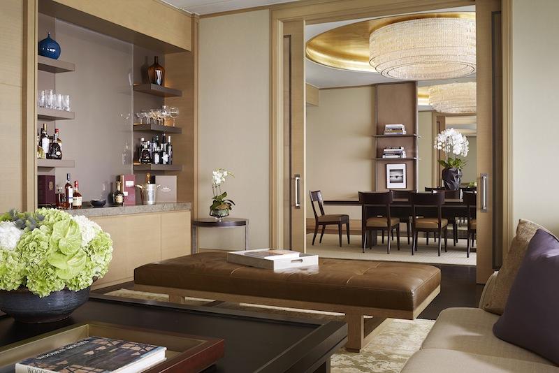 Der Wohn- und Essraum der erhabenen Ritz-Suite lässt keine Wünsche offen