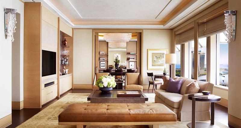 ... und auch der Hauptwohnbereich ist großzügig geschnitten. In der gesamten Suite sind Schlafplätze für sechs Personen und Sitzplätze für bis zu zehn Personen vorhanden