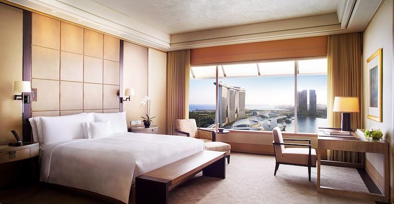 Das Hauptschlafzimmer mit maßgefertigter Bettwäsche und einem eigenen begehbaren Kleiderschrank liegt ruhig im hinteren Teil der 219 Quadratmeter großen Suite
