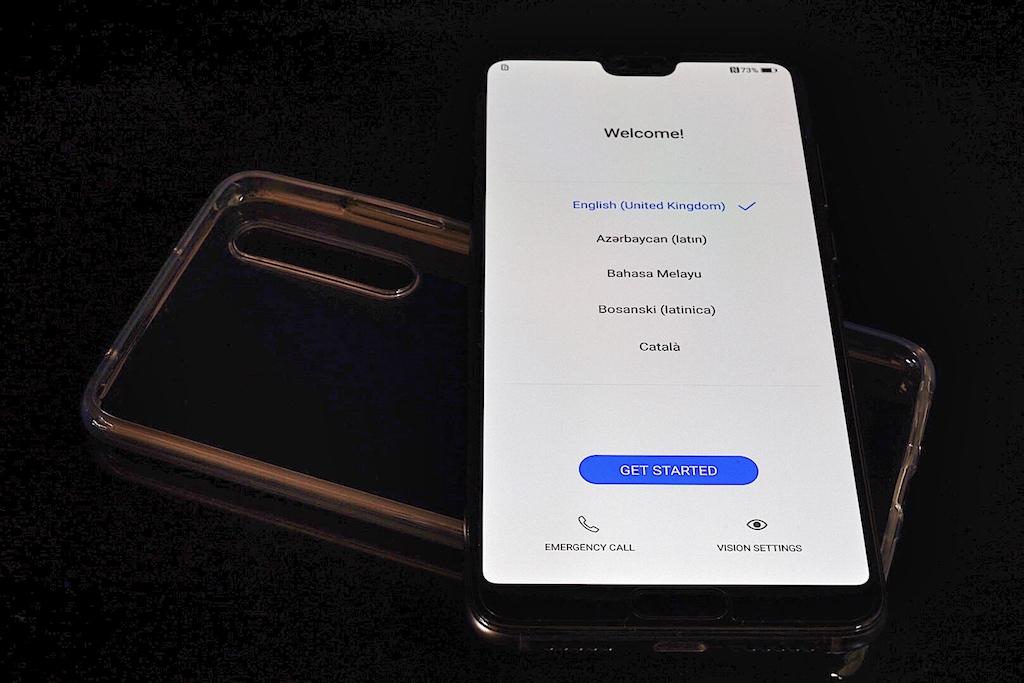 Mit seinen 155 x 74 x 7,8 mm zählt es nicht unbedingt zu den kompaktesten Smartphones