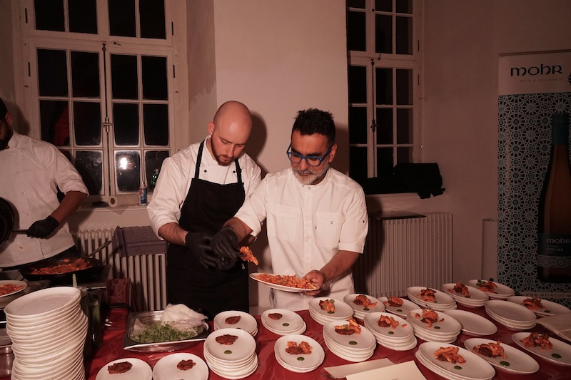 00 Portionen pro Station wurden während der Welcome Party ausgegeben. Der Londoner Gourmet-Koch Vineet Bhatia arbeietet mit Geduld und Ausdauer / © Redaktion frontrowsociety.net