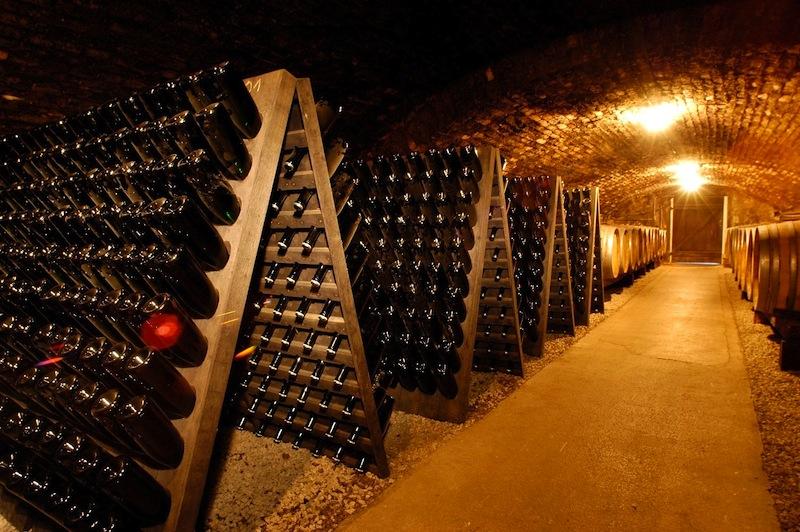 Vor dem Degorgieren werden im hauseigenen Keller die Sektflaschen von Hand gerüttelt