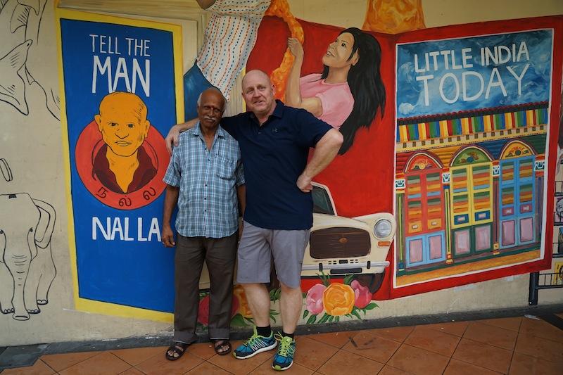 Der wichtigste Mann aus Little India - seit 50 Jahren prägt Nalla das Stadtbild in Little India, bei ihm kaufen Einheimischen seit einem halben Jahrhundert ihre Zeitungen. Auf dem Bild neben sich hat man ihm ein Denkmal auf der Hauswand gesetzt