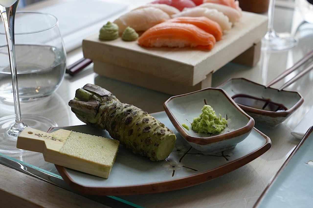 Fangfrische Produkte kommen auf den Tisch im Sushi Restaurant im Grand Hotel Heiligendamm