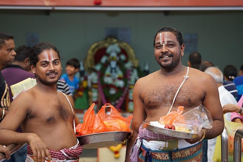 In jedem Tempel ist man willkommen, ob Gläubiger oder Gast. Anfeindungen oder böse Blicke gibt es in Singapur nicht