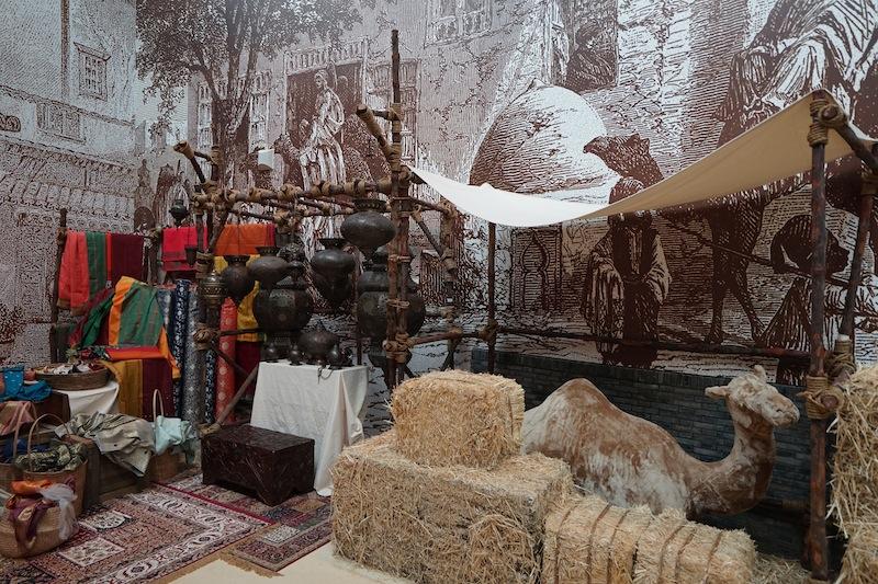 ...vorbei an Kaufmannständen, schlafenden Kamelen ...