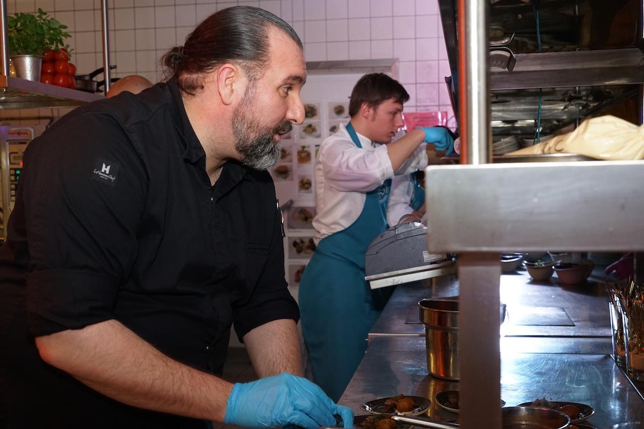 Sternekoch Andre Münchs Station war in der Küche. Hier hatte er alle Hände voll zu tun