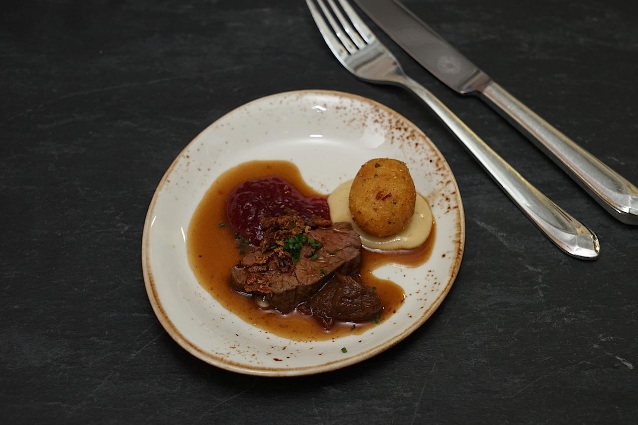 ... um die hungrigen Gäste mit Bavette vom US Prime Beef mit Zwiebeljus und Bratkartoffeln mal anders zu versorgen