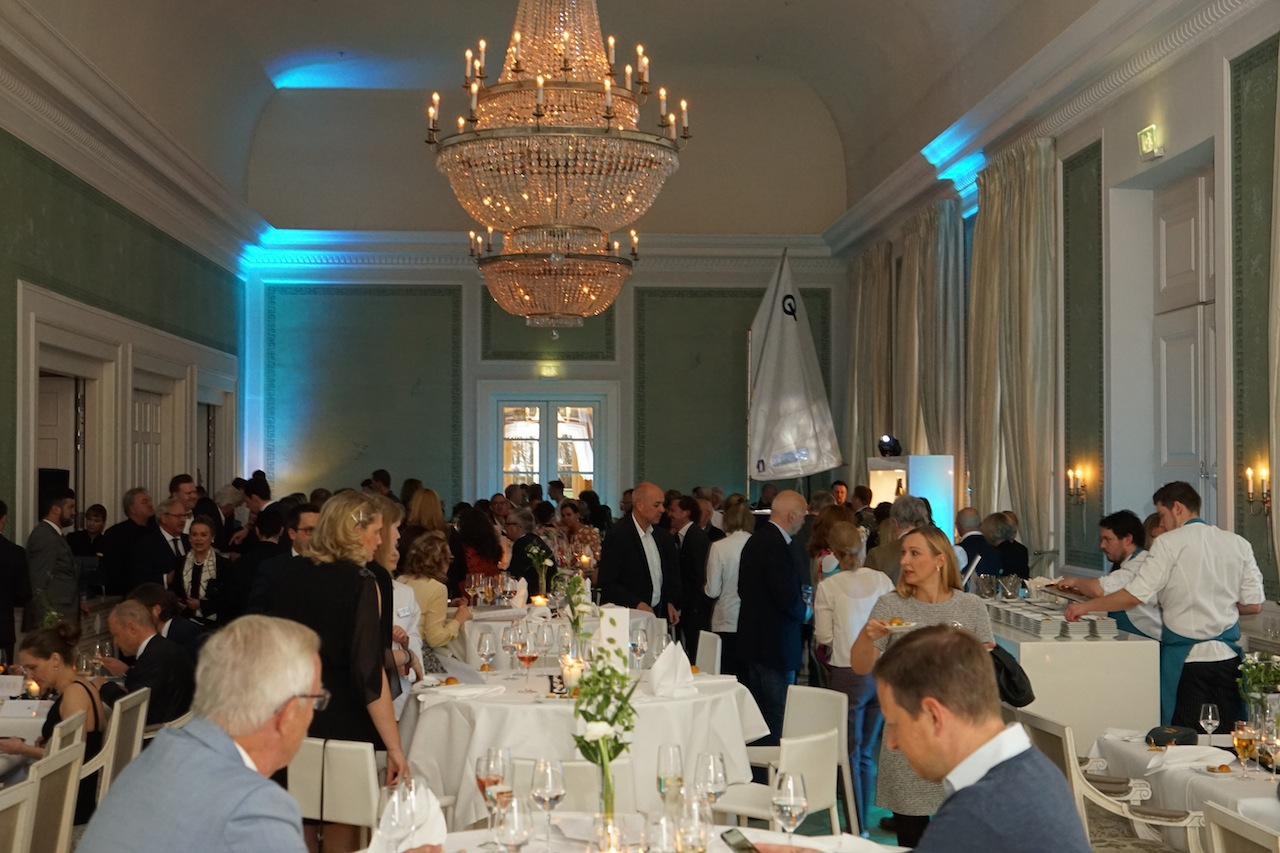 Einige Gäste nutzen die Gelegenheit sich zwischendurch zu setzen, die Mehrehit jedoch war auf den Beinen, unterwegs im Ballsaal und in der Küche