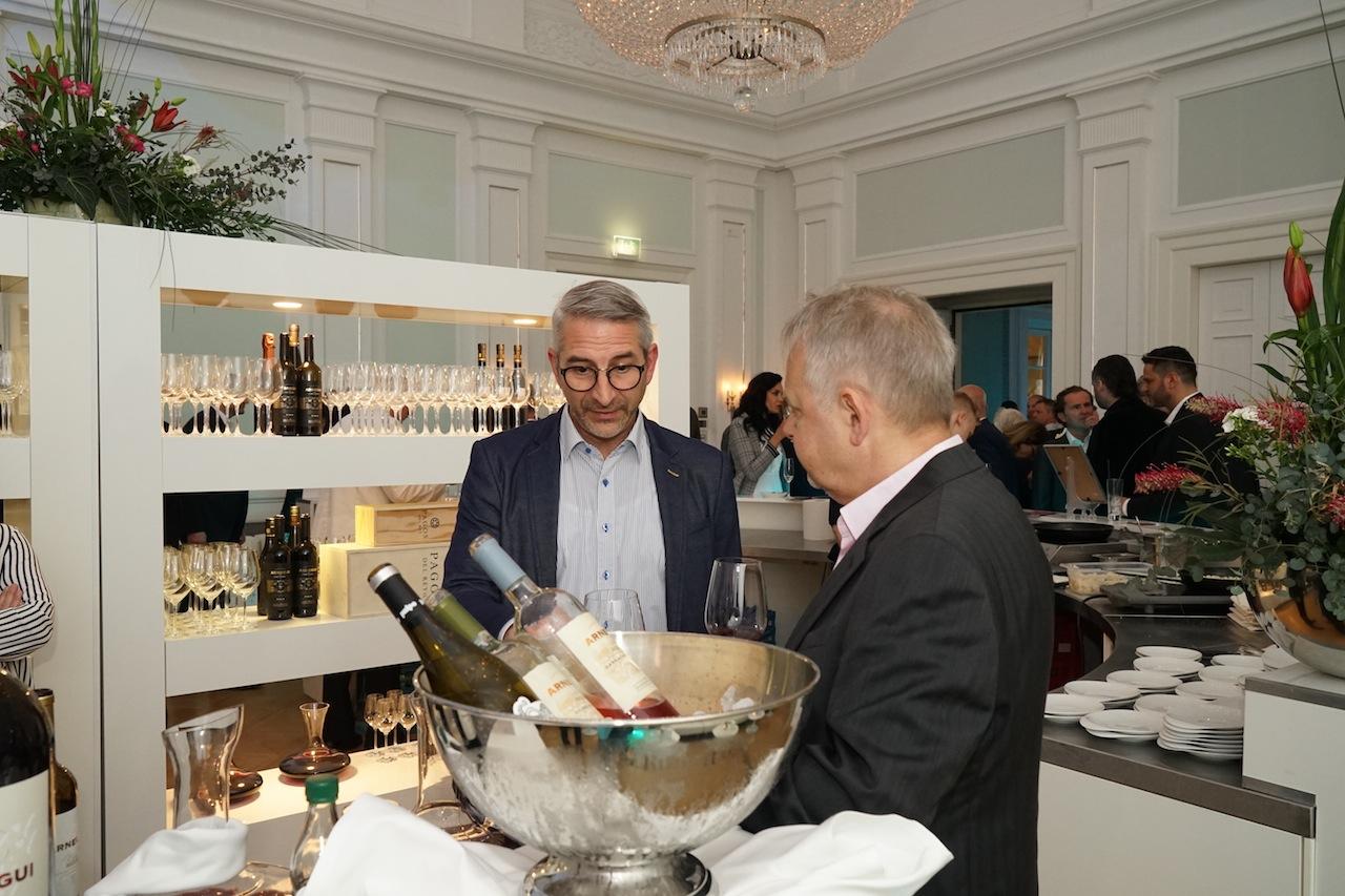 So konnten sich die Gäste während der Küchenparty mit den Winzern über Weine austauschen