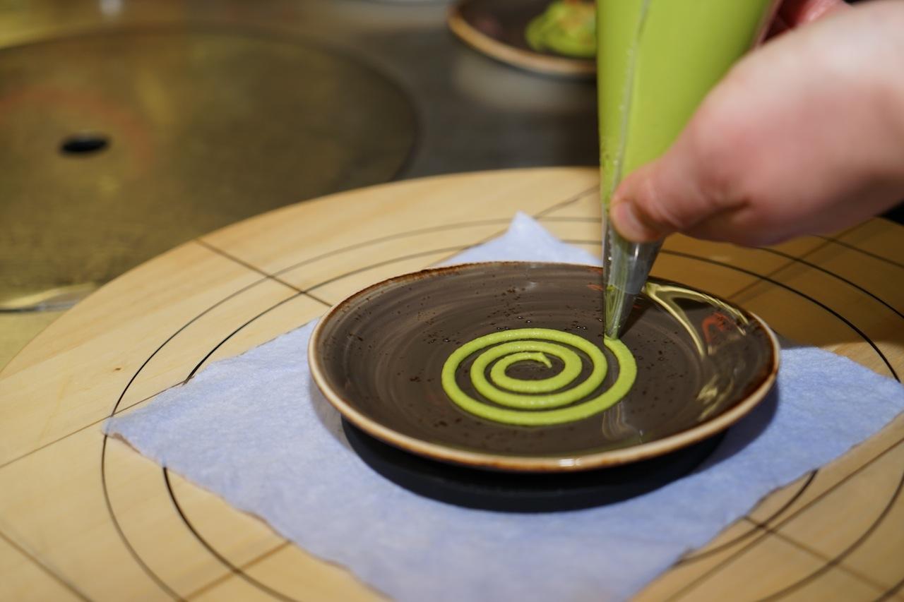 Dabei konnten die Gäste zuschauen, wie so manches Muster auf den Teller gezaubert wurde