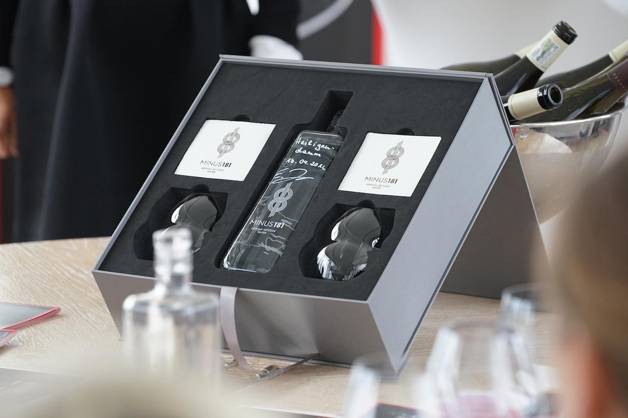 Unaufdringliche Eleganz bei Inhalt und Verpackung verkörpert das schlichte Design der Wasserkiste