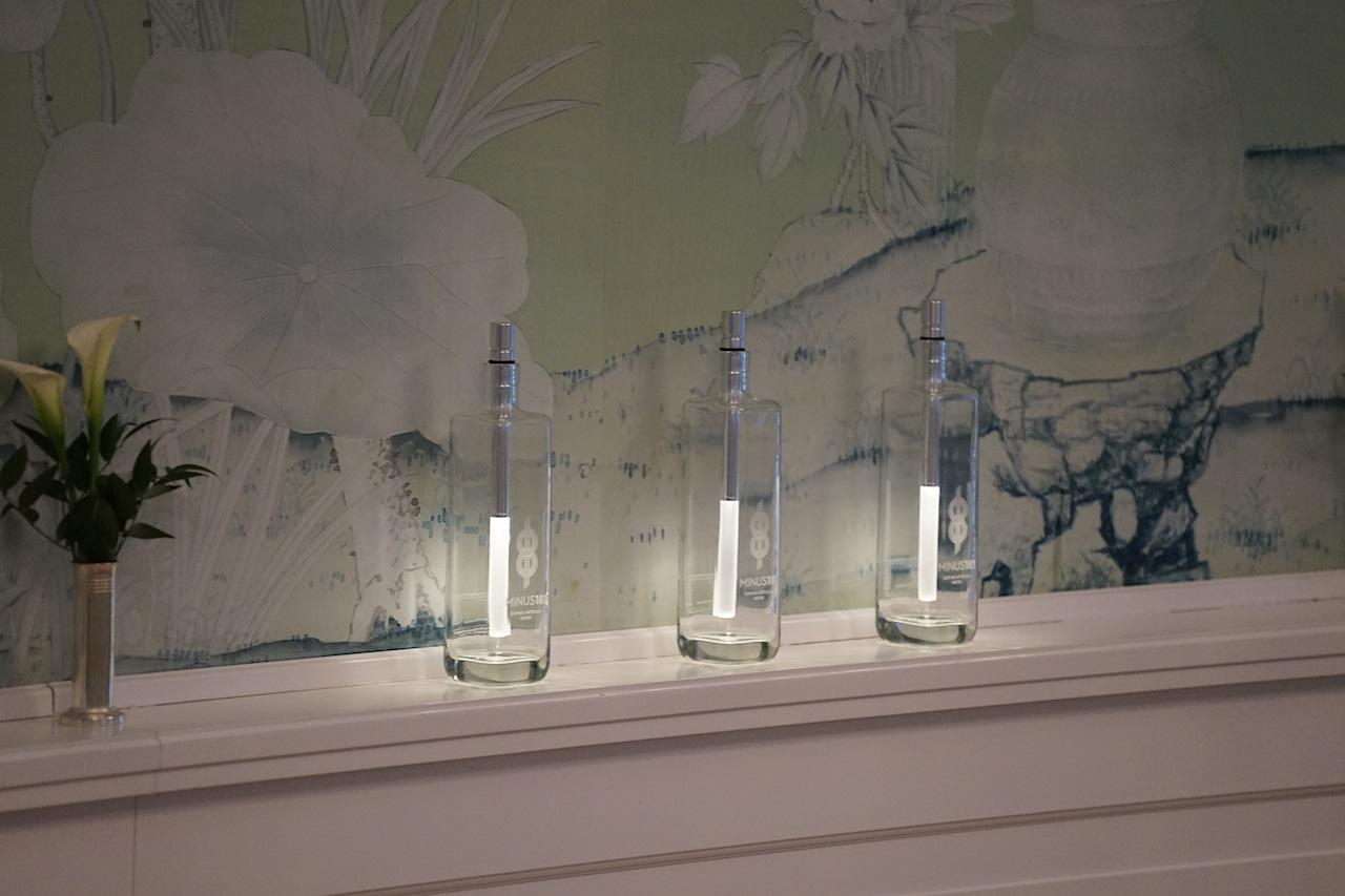 Ins rechte Licht gerückt: Das Luxuswasser Minus 181 wurde im Sterne Restaurant Friedrich Franz auch optisch gut in Szene gesetzt