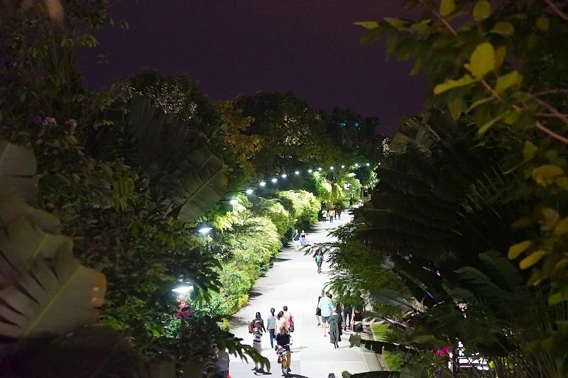 In Singapur sind die Menschen sehr zufrieden. Bis tief in die Nacht geht man spazieren oder trifft sich mit Freunden zum Essen