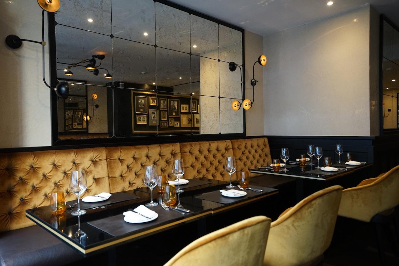 Das edle Interieur wirkt harmonisch und rundet das Bild der Brasserie ansehnlich ab