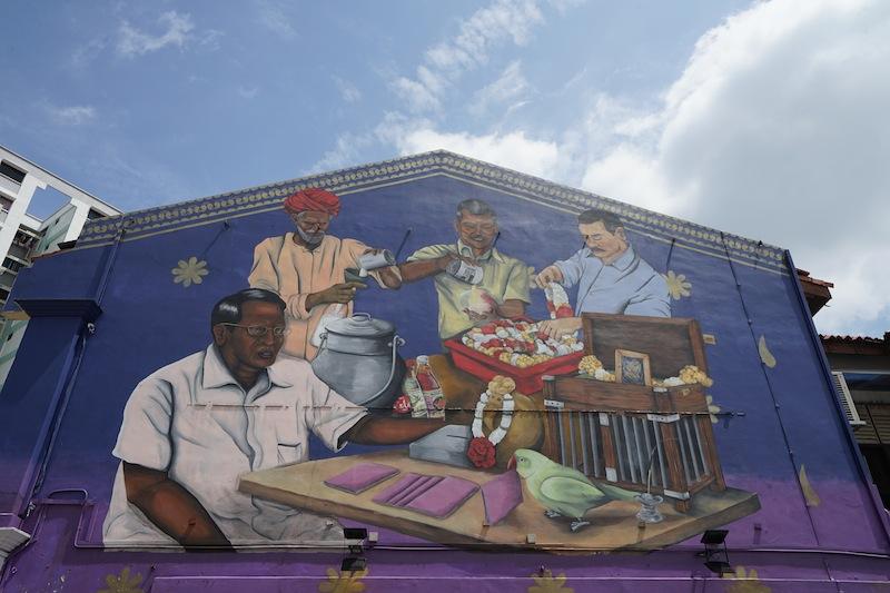In Little-India wird das Straßenbild von künstlerisch gestalteten Hauswänden gebrägt