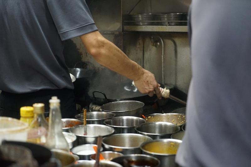 Was in den Töpfen der Garküchen köchelt, möchte der eine oder andere Gast gar nicht erklärt bekommen; aber schmackhaft ist es in Singapur alle Male