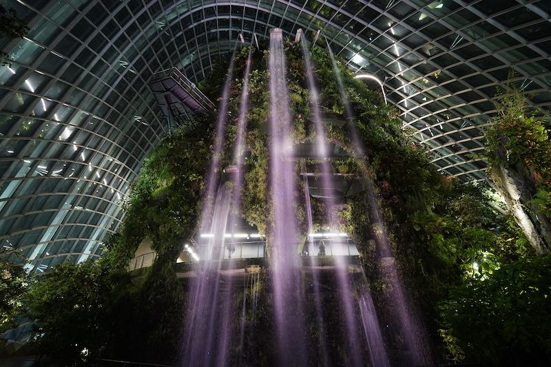 Der 35 Meter hohe Wasserfall gehört, nebst den Skywalk zu den Attraktionen Cloud Forest