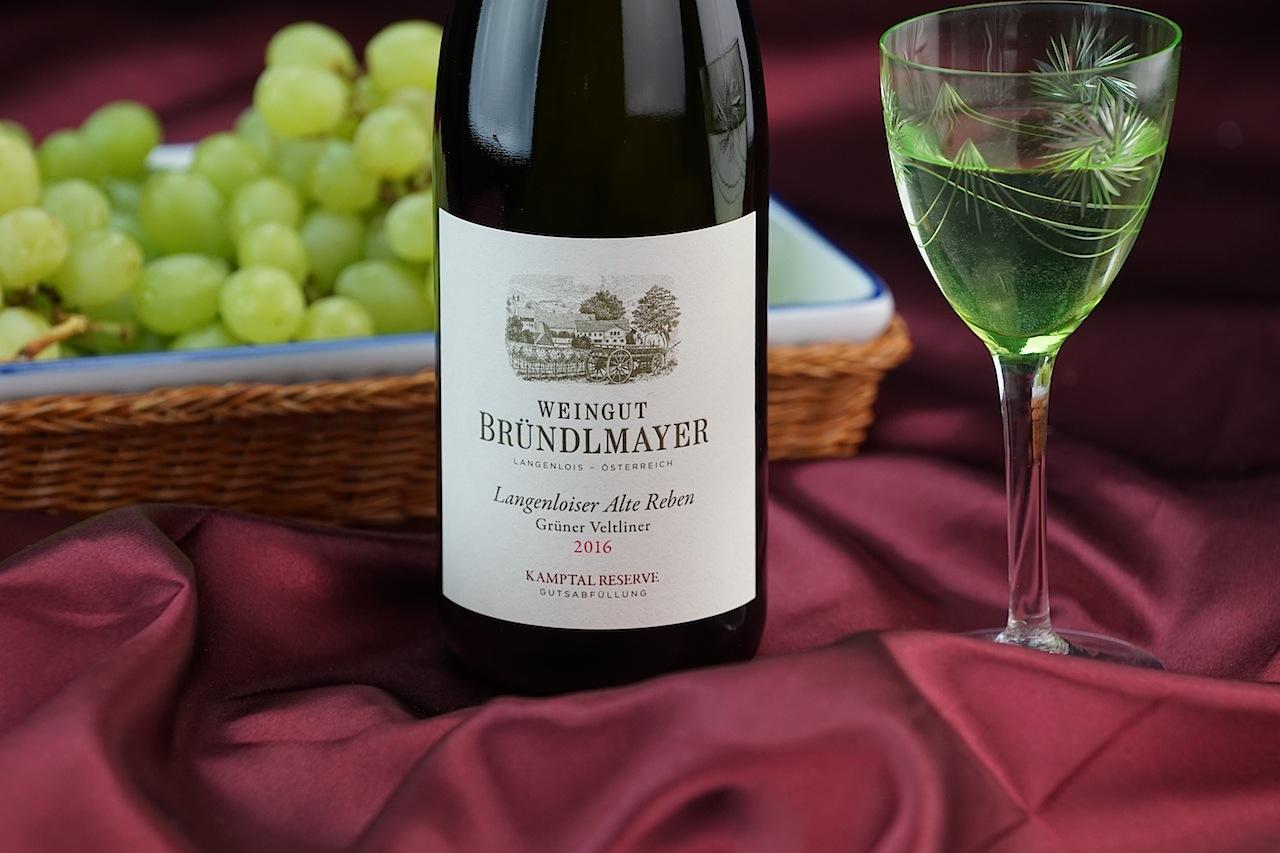 Der Grüne Veltliner ist der Hauptdarsteller auf dem Weingut Bründlmayer in Langenlois. Eine Besonderheit für Weinliebhaber ist sicherlich der Langenloiser Alte Reben Grüner Veltliner