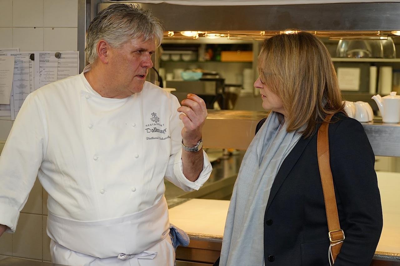 2 Sterne Koch Diethard Urbansky wirkte vor dem großen Dinner recht entspannt und nahm sich viel Zeit, um mit FrontRowSociety Redakteurin Annett Conrad intensiv auszutauschen