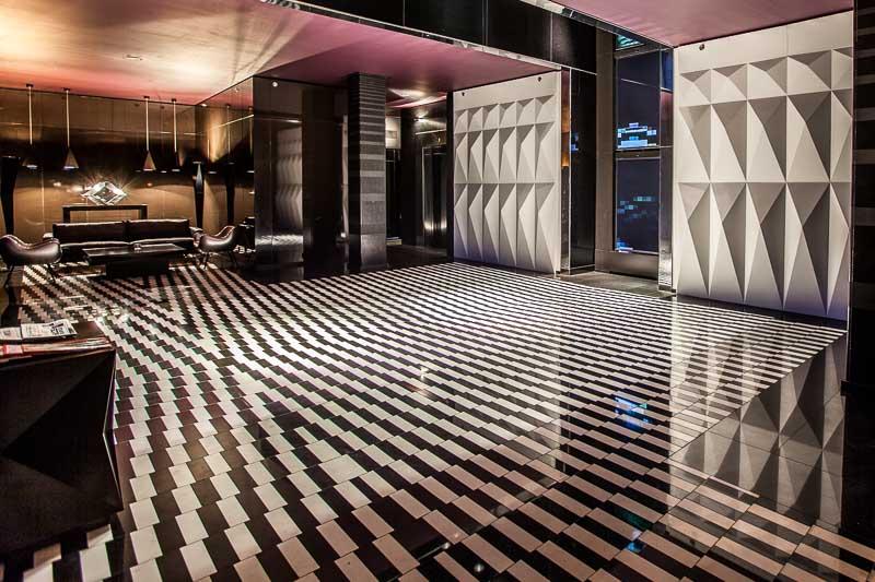 Die Installation des kanadisch-mexikanischen Künstlers Rafael Lozano-Hemmer direkt im Eingangsbereich zu den Zimmern ist namens- und stilgebend für Blow Up Hall 5050 / © FrontRowSociety.net, Foto Georg Berg
