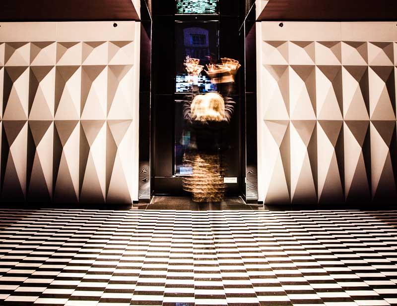 Der Gast wird Teil eines künstlerischen Experiments. Front Row Society Autorin Angela Berg verpixelt sich hier in der Installation von Rafael Lozano-Hemmer / © FrontRowSociety.net, Foto Georg Berg