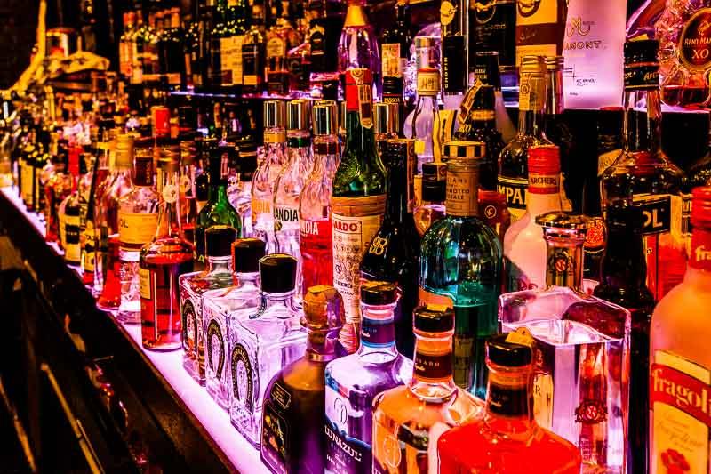 Schöne bunte Spirituosen-Welt. Die Bar des Hotels bietet eine umfangreiche Cocktail-Karte / © FrontRowSociety.net, Foto Georg Berg