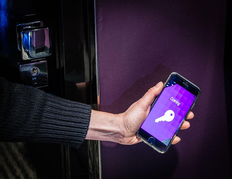Ein iPhone als Zimmerschlüssel, Nummern an den Türen gibt es nicht und auch keine Rezeption / © FrontRowSociety.net, Foto Georg Berg