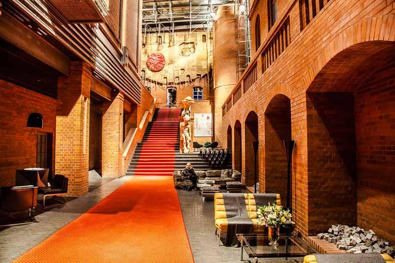 Der erste Blick, wenn man Blow Up Hall 5050 betritt, ist überaus beeindruckend. Man ist instinktiv versucht dem Roten Teppich zu folgen. Dieser führt vorbei an zeitgenössischer Kunst, darunter Skulpturen und Fotografien, in die ebenfalls gigantische Bar des Hotels und nicht zu den Zimmern / © FrontRowSociety.net, Foto Georg Berg